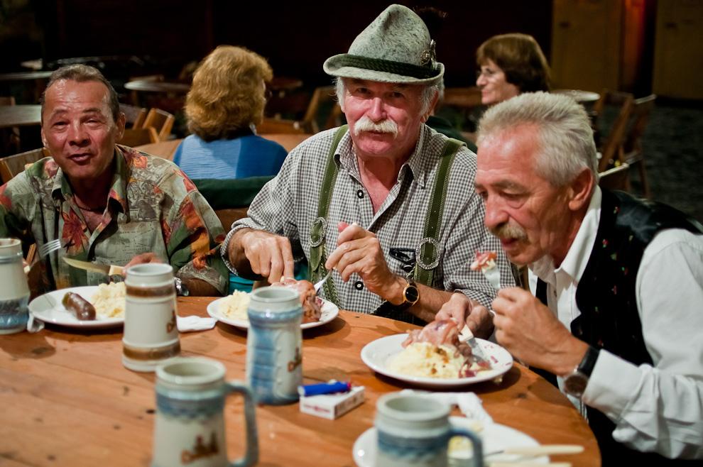 """El Club Alemán de Colonia Obligado tuvo el privilegio de recibir la visita de muchos Alemanes, entre ellos estas tres personas quienes afirmaron haber probado aquí uno de los más deliciosos platos de """"Eisbein"""". Así como la cerveza, que les pareció tan deliciosa como la que se hace en su país. (Elton Núñez)"""