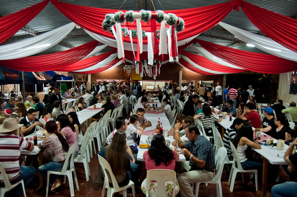 El patio de comidas del Chopp Fest del Club Alemán en Colonia Obligado, departamento de Itapúa. Lugar donde las familias disfrutaron de riquísimas comidas típicas alemanas acompañadas del clásico chopp. (Elton Núñez)
