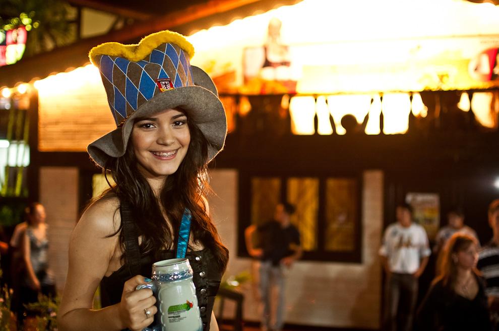 Una señorita vistiendo su particular sombrero posa para la foto frente a la sede social del Club Alemán de la Colonia Obligado en la noche del tercer día del Festival Chopp Fest 2011. (Elton Núñez)