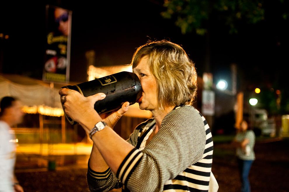 """Una asistente bebe su manija de chopp de 3 litros en el Club Alemán, en la tercera noche del festival de la cerveza denominado """"Chopp Fest 2011"""" en la Colonia Obligado, departamento de Itapúa. (Elton Núñez)"""