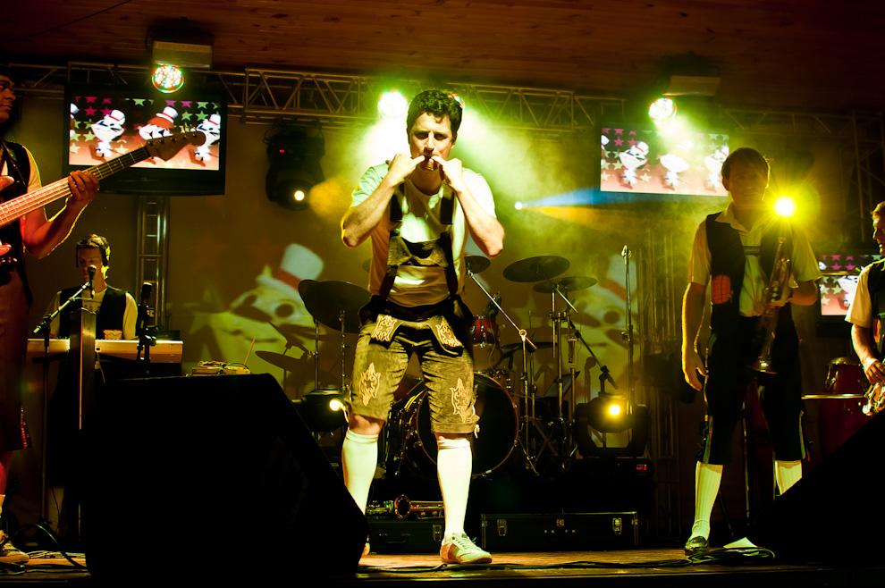 """Un componente del grupo musical """"Milenium"""" de Foz de Iguazú, anima la fiesta mientras se llevaba a cabo el baile en el salón social del Club Alemán de la Colonia Obligado durante la noche del sábado 11 en el Festival de la Cerveza. (Elton Núñez)"""