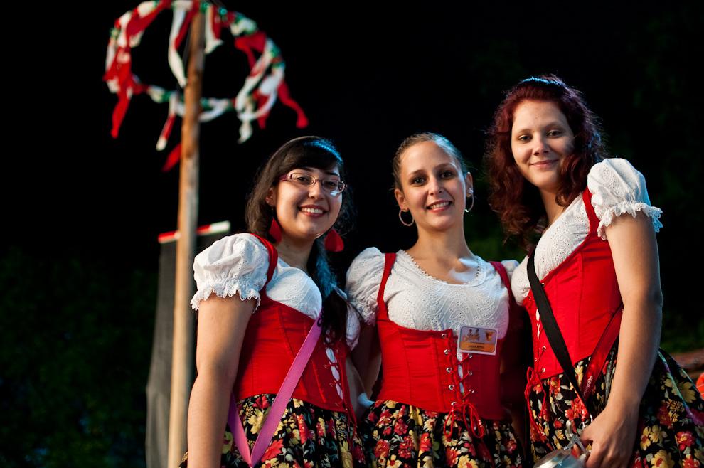 Mujeres vestidas con los trajes típicos de Alemania asistieron al Chopp Fest 2011 en la noche del sábado 12 de Noviembre en el Club Alemán de la Colonia Obligado en Itapúa. (Elton Núñez)