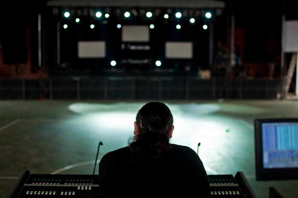 """El ingeniero de luces y sonidos de la discoteca """"Electrosoni"""", una de las discotecas más contratadas en el interior del país, ajusta la coreografía de luces horas antes del comienzo de la fiesta bailable del Chopp Fest bajo el tinglado del Club Deportivo Alemán de Colonia Independencia. (Elton Núñez)"""