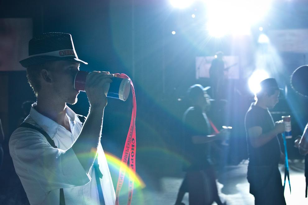"""Un asistente bebe su manija de chopp en la discoteca del Club Alemán en la noche del festival de la cerveza denominado """"Chopp Fest 2011"""" en la Colonia Independencia, departamento de Guairá. (Elton Núñez)"""