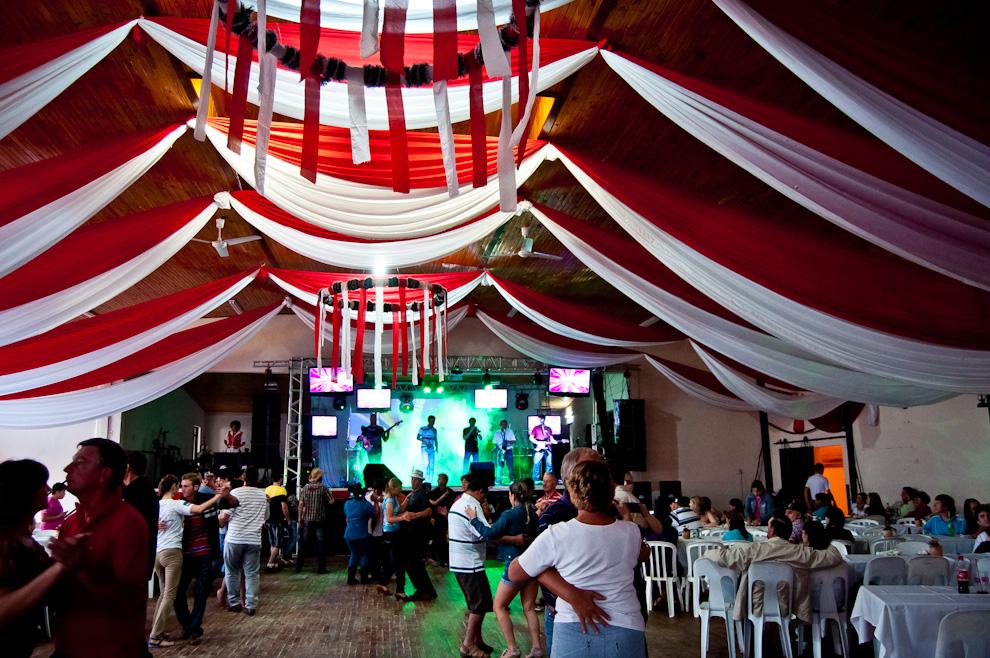 El salón de baile de la sede social del Club Alemán de Colonia Obligado totalmente decorado, recibe a los visitantes para que se sirvan riquísimos platos de su gastronomía, mientras que otros optan por disfrutar de un baile. (Elton Núñez)