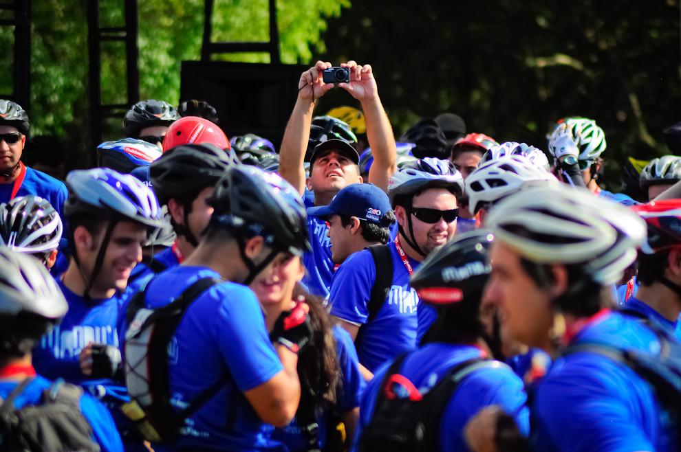 Un participante aprovecha los pocos minutos que quedan antes de comenzar la competencia, para tomar unas fotografías de recuerdo. (Elton Núñez)
