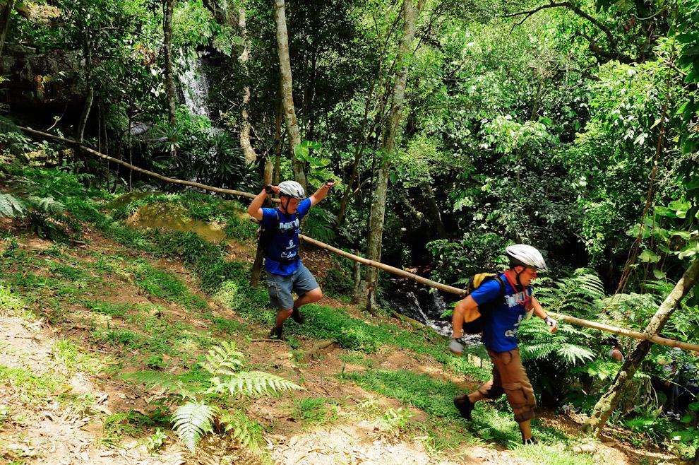 Una pareja compuesta por un profesional y un iniciado bajan rápidamente hacia el puesto de control establecido en una cabaña a pocos metros de un hermoso salto de arroyo. (Elton Núñez)