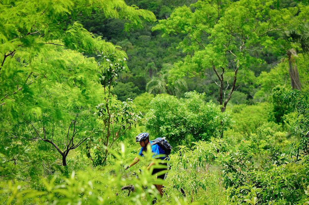 Un competidor de modalidad Mountain Bike avanzando en los campos de Piribebuy en la edición 2011 de la ecoaventura Mandu'arã Light. (Elton Núñez)