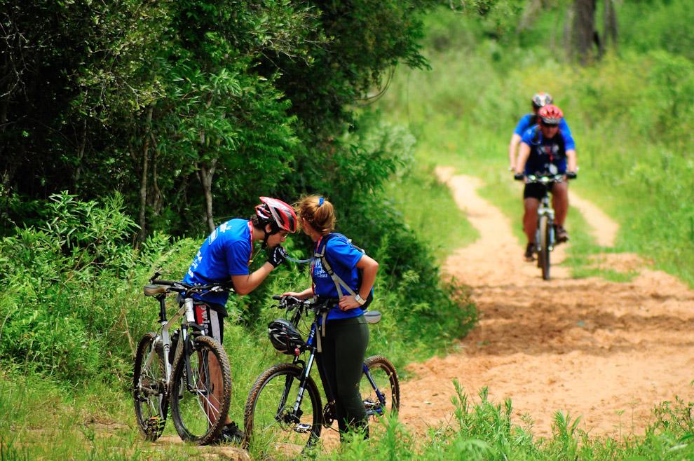 Hidratarse continuamente a lo largo del recorrido es uno de los requisitos para completar la carrera exitosamente. (Elton Núñez)