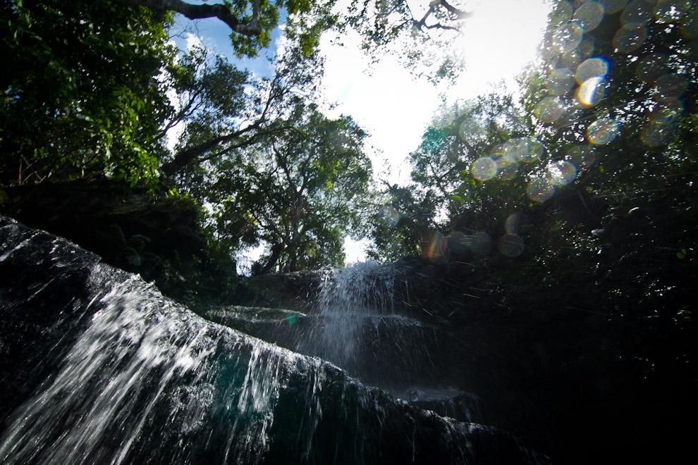 Refrescantes aguas de un hermoso salto ayudaron a  combatir el calor y la humedad en las boscosas serranías de Piribebuy. (Tetsu Espósito)