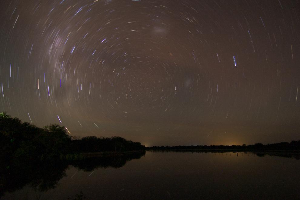 La estela dejada por las estrellas en el firmamento logra este efecto (Startrail) en esta toma de larga duración (22 minutos) que se puede lograr siempre apuntando hacia el sur geográfico de manera a que las estrellas formen una circunferencia en el cielo. (Tetsu Espósito)