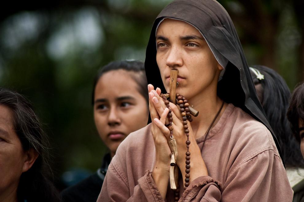 Una hermana franciscana de la renovación asistiendo al Vía Crucis viviente llevado a cabo en la catedral de Ciudad del Este en las primeras horas de la mañana del viernes santo. (Elton Núñez)