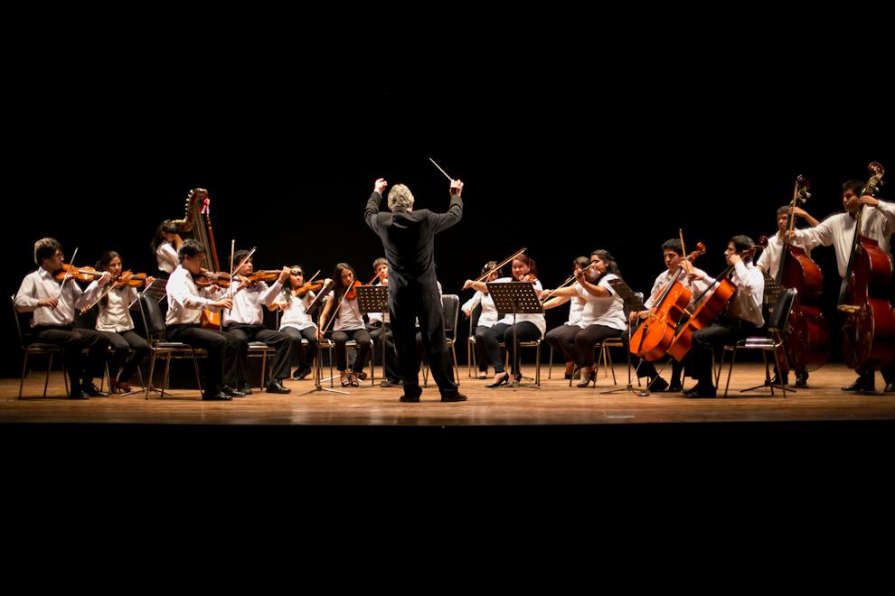 El maestro Luis Zsaran dirigía una pequeña orquesta en el Teatro Municipal, como parte de los festejos de los 10 años del Proyecto Sonidos de la Tierra(Tetsu Espósito)
