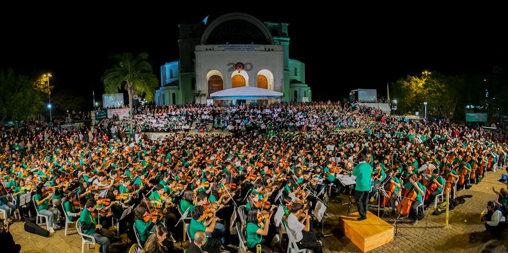 En la ciudad de Caacupé, frente a la Basílica, daba inicio el Megaconcierto de Sonidos de la Tierra, homenajeando a los 50 años de los Rolling Stones con la participación de más de 2700 músicos niños y jóvenes.(Tetsu Espósito)