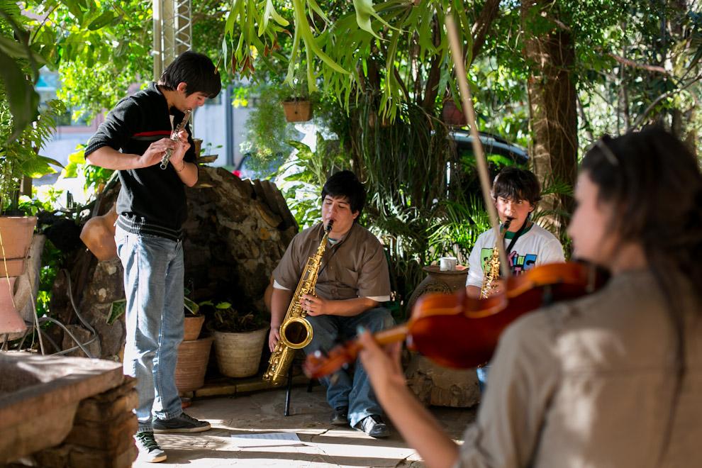 Jóvenes músicos se reunían en horas de la siesta, cerca de la Basílica de Caacupé, para ensayar los temas que tocarían horas más tarde en el Megaconcierto. (Tetsu Espósito)
