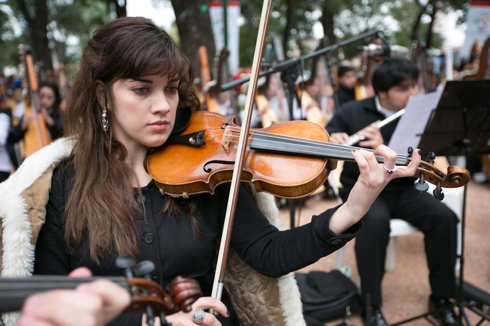 Una joven violinista ejecuta uno de los temas seleccionados para homenajear a Asunción en su 475 aniversario, el domingo 15 de julio en la Plaza Uruguaya. (Tetsu Espósito)