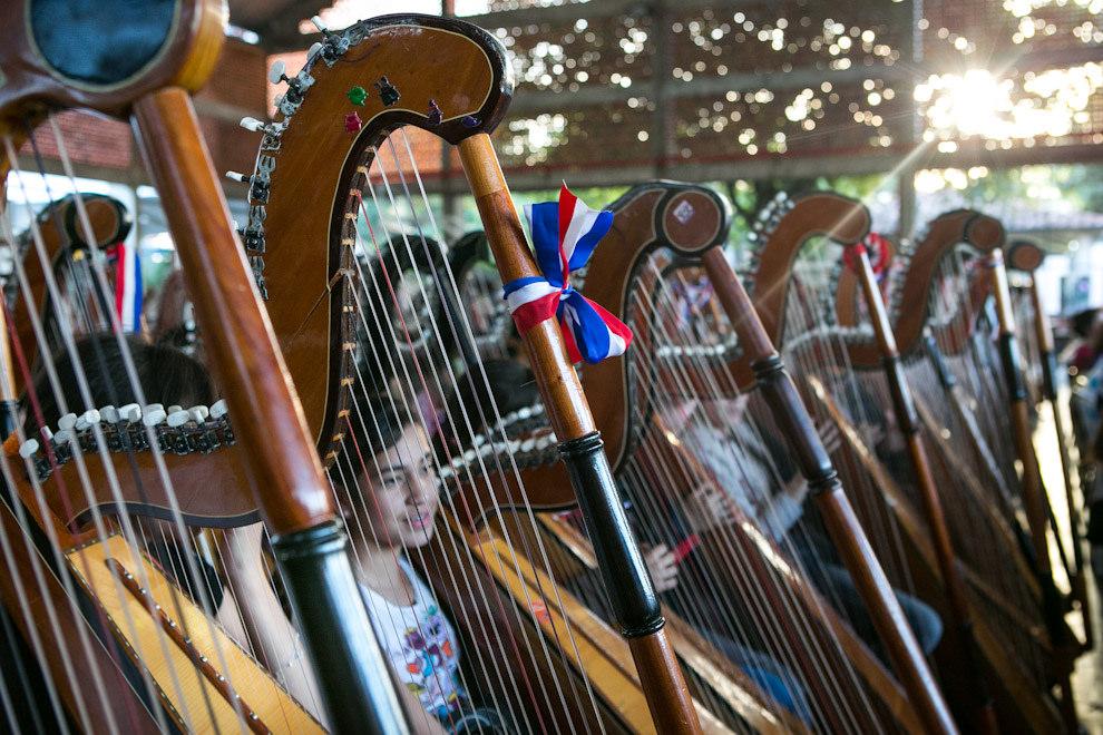 Cientos de jóvenes arpistas practicaban intensamente en el Colegio Cristo Rey durante el desarrollo del seminario de arpa paraguaya que se realizó bajo la coordinación artística del maestro Cesar Cataldo y culminó con el concierto de 400 arpas realizado el 15 de julio.(Tetsu Espósito)