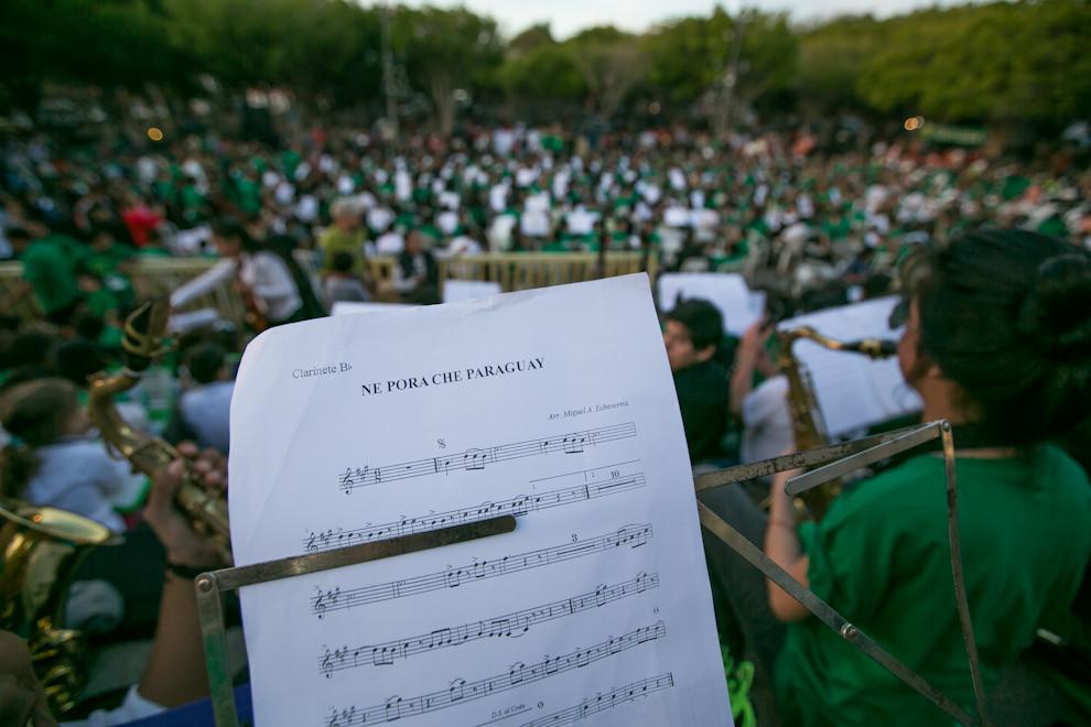 Los músicos ensayan Ne Pora Che Paraguay (Eres Bello mi Paraguay), uno de los tantos temas que fueron presentados durante el megaconcierto. (Tetsu Espósito)