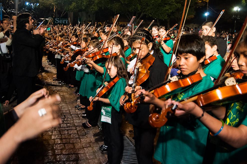 """300 niños violinistas provenientes de todo el país interpretan varias canciones durante el megaconcierto de músicos de """"Sonidos de la Tierra"""" la noche del sábado 21 de Julio. Estos niños sorprendieron al público por sus capacidades para ejecutar sus instrumentos a tan corta edad. (Elton Núñez)"""