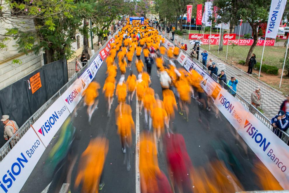 Los últimos corredores de más de 2500 participantes, siguen al grupo principal, segundos despúes de iniciada la carrera. (Tetsu Espósito)