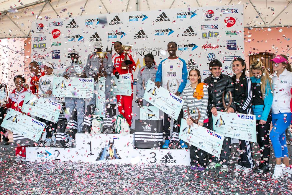 Los ganadores de las distintas categorías del maratón de 42km reciben sus premios en el podio. (Tetsu Espósito)