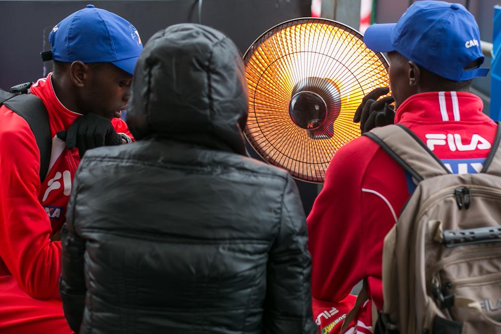Los kenianos que ganaron las primeras posiciones en varias de las categorías se recuperaban frente a una estufa después de exigir al máximo a sus cuerpos con bajas temperaturas desde las tempranas horas del domingo. (Tetsu Espósito)