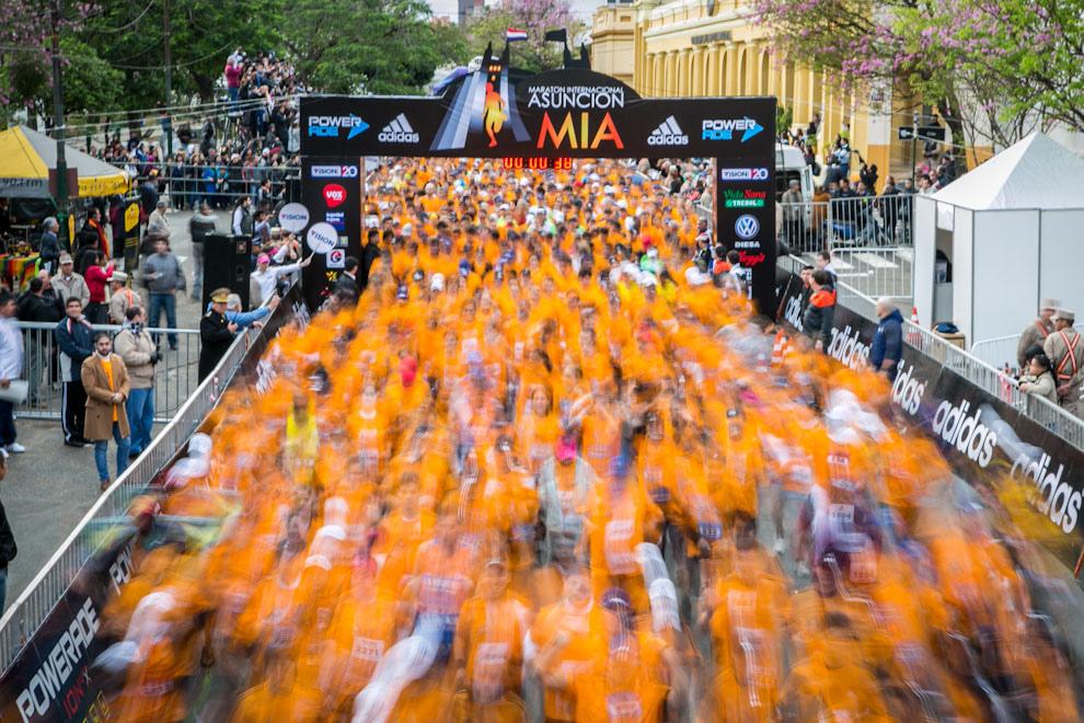 Más de 2500 corredores inician una intensa carrera en las distintas categorías de la Maratón Internacional de Asunción, evento que cada año atrae más adeptos, tanto nacionales como internacionales. (Tetsu Espósito)