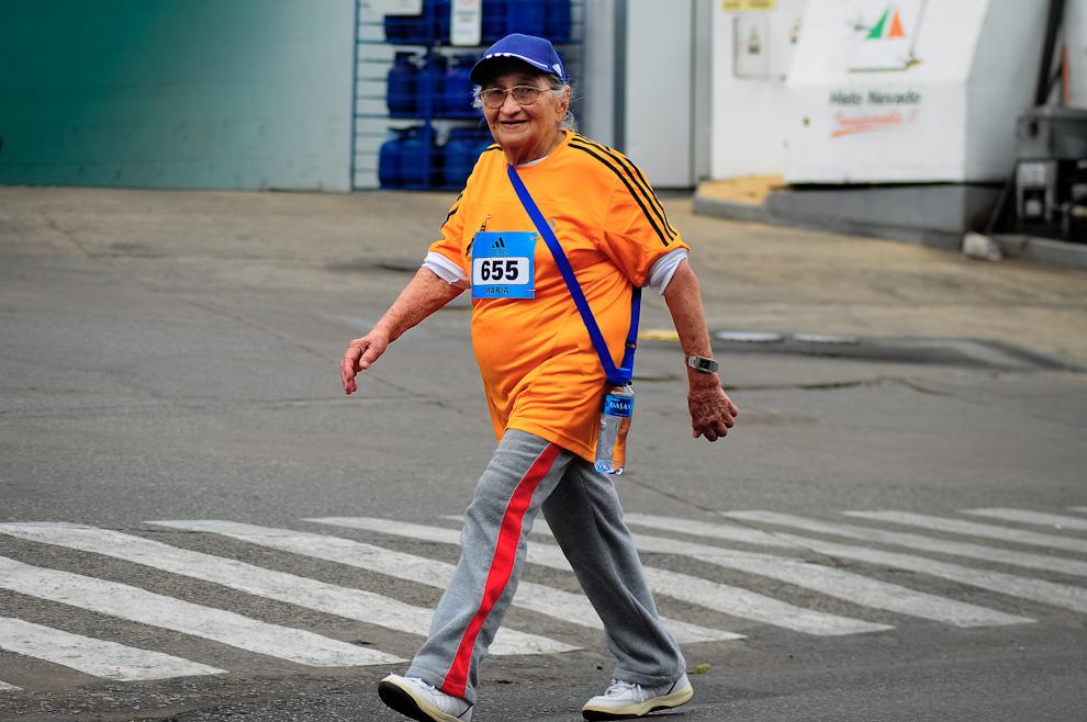 Doña María Tranquilina, de la categoría competidores de 65 años o más, participando del evento con mucho entusiasmo, terminó su carrera de 21 kilómetros en 4 horas y 19 minutos convirtiéndose en ganadora de su propia categoría. Desde hace varios años participa del evento e inicia el recorrido a pie desde su domicilio hasta la Plaza del Congreso donde se inicia el maratón. (Elton Núñez)