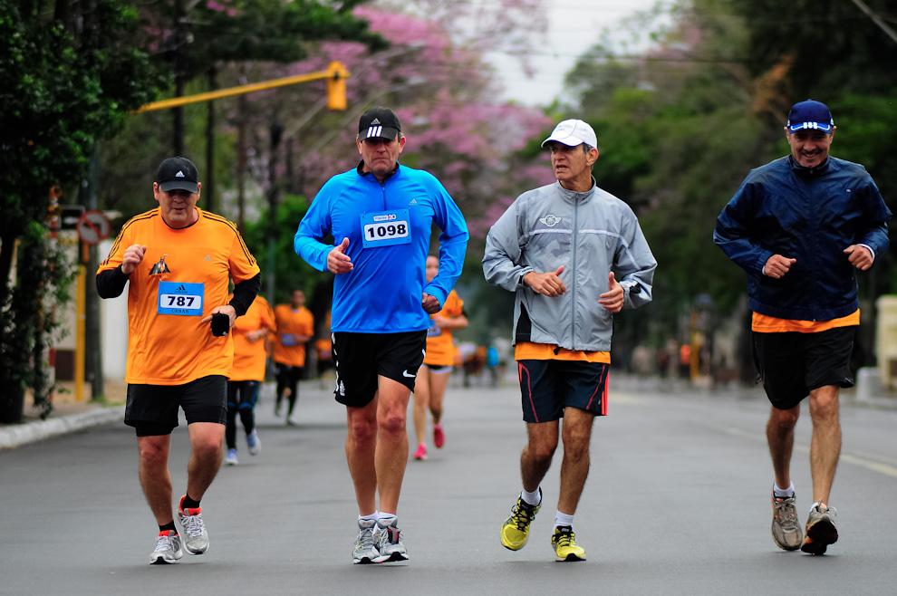 Hombres de diferentes edades participaron de la Maratón Internacional de Asunción, los de categoría 21 kilómetros compuesta generalmente por participantes aficionados lograron más que competir: disfrutar del evento con amigos. (Elton Núñez)