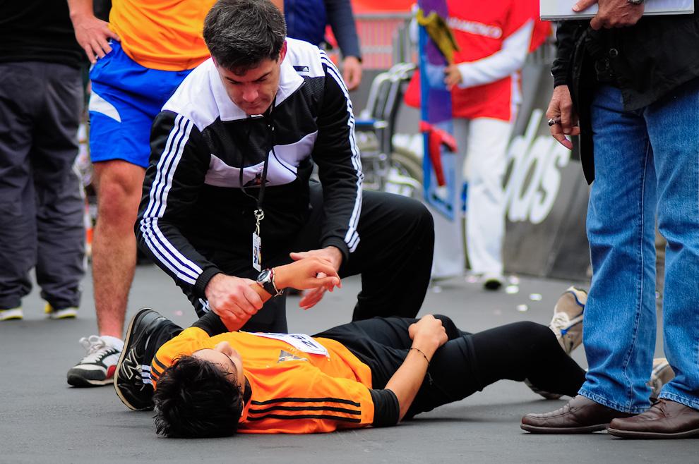 Un participante de la Maratón es asistido por el personal médico instalado exclusivamente para atender cualquier emergencia con los corredores. A medida que van llegando los atletas, muchos de ellos se desvanecen al llegar, sufren calambres o piden que se les atiendan las heridas causadas por caídas. (Elton Núñez)