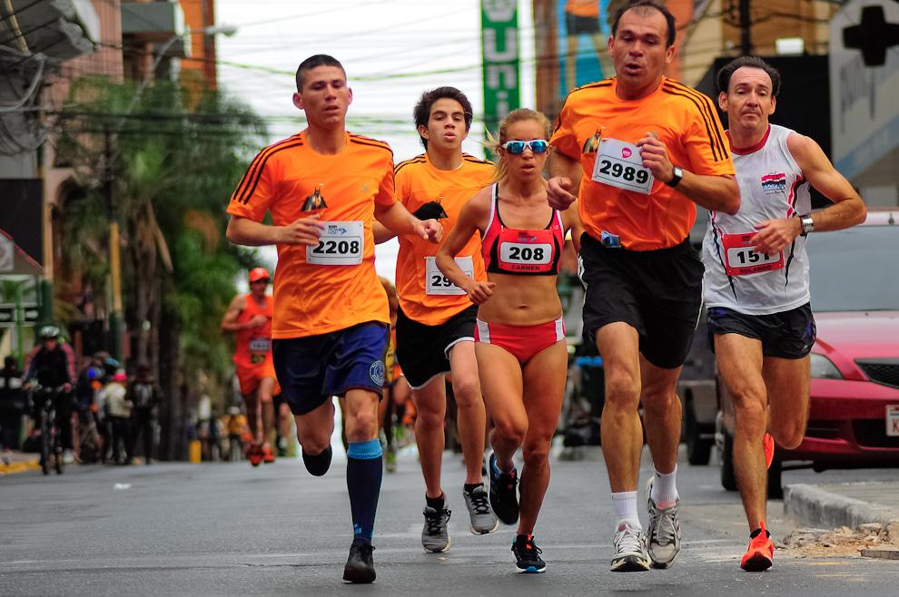 La atleta profesional Carmen Martínez (208) corre cerca de sus compatriotas en la lucha por una buena posición en la Maratón de 42 kilómetros. (Elton Núñez)
