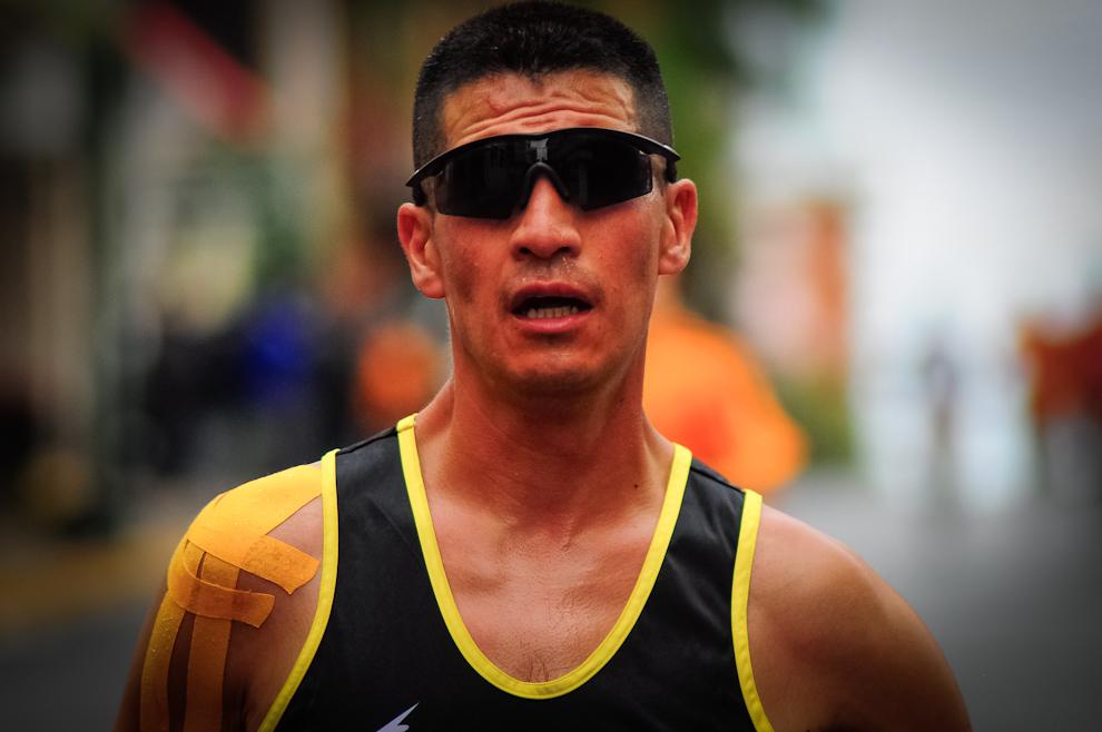 Un participante de la Maratón Internacional de Asunción se protege de los rayos del sol con anteojos especiales para completar su carrera de 21 kilómetros. Afortunadamente el clima de dicha fecha fue el ideal para el desarrollo del evento, con un sol brillante a pesar de la baja temperatura. (Elton Núñez)