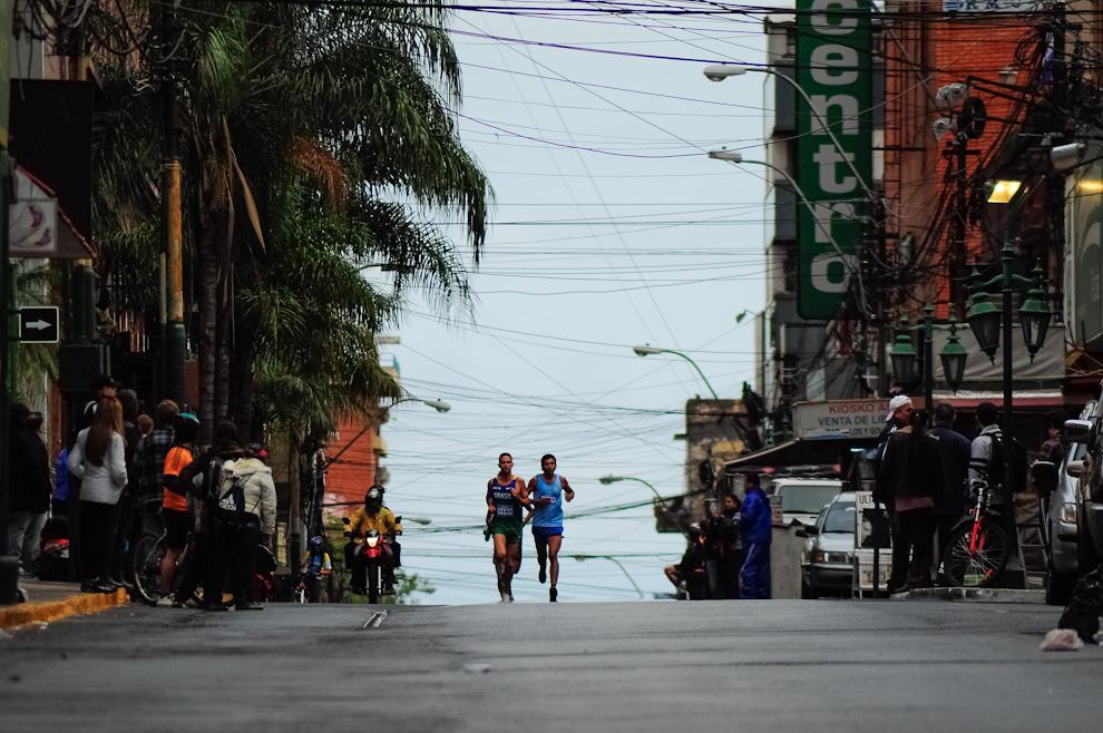 Atletas profesionales brasileros son vistos a lo lejos mientras avanzan por la calle Estrella rumbo a la odisea de 42 kilómetros que por naturaleza profesional la terminarían aproximadamente en 2 a 2 horas y media. (Elton Núñez)