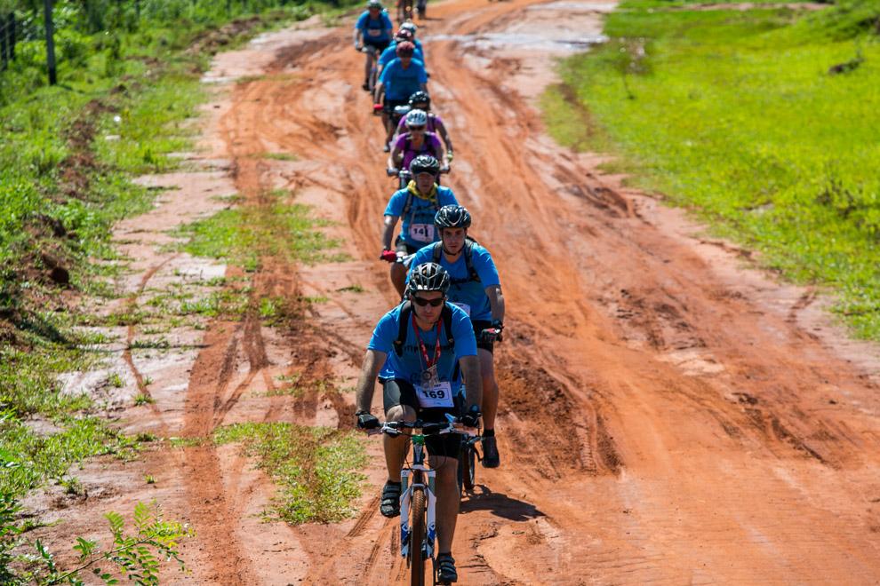 Cientos de ciclistas participaron en la 4ta. edición de la tradicional carrera de ecoaventura Mandu´ara Ligth 2012. (Tetsu Espósito)