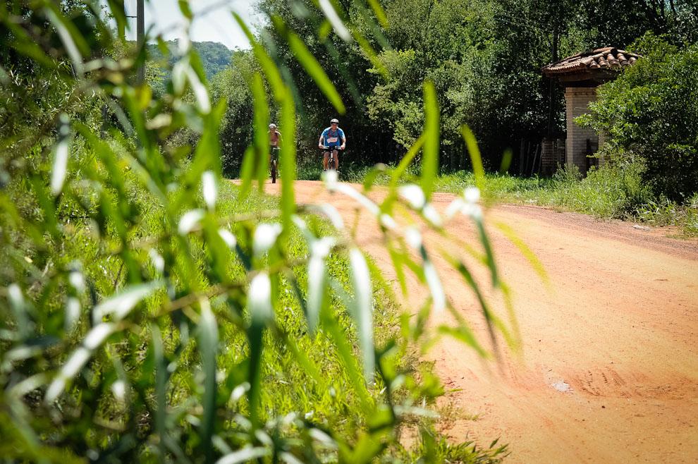 La carrera trazó sus rutas aprovechando las calles de los poblados, la organización señalizó con balizas las zonas en que los competidores debían salirse de las rutas fáciles y adentrarse en los montes haciendo uso de sus brújulas y mapas. (Elton Núñez)