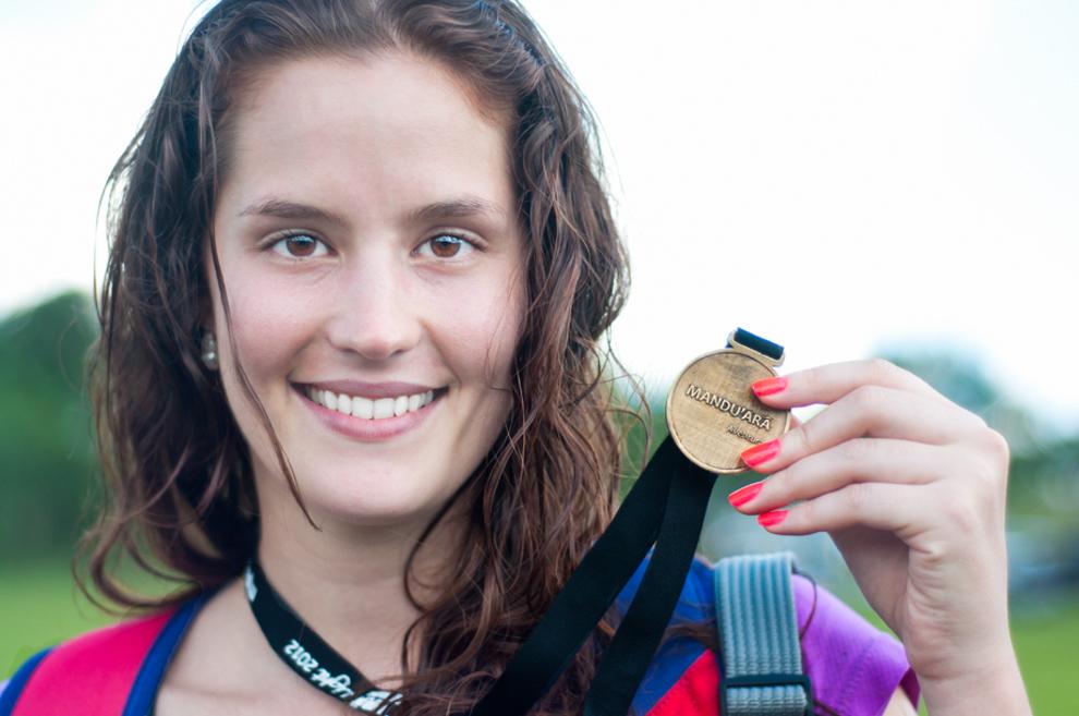 Una competidora en la categoría de Bicicleta, exhibe su medalla después de finalizar el circuito de 30km de recorrido por los caminos, senderos y paisajes que brinda la zona de Paraguarí. (Rene Gastaldo)