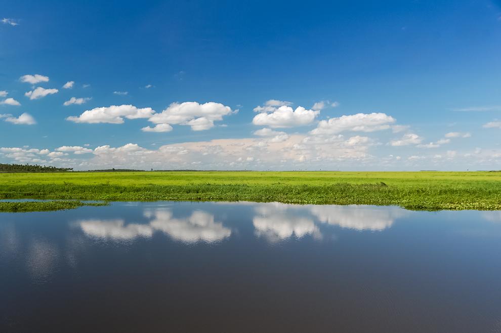 El Río Negro generando un auténtico efecto espejo, reflejando las nubes y el cielo azul, durante nuestro recorrido en barco rumbo a Bahía Negra. (Elton Núñez)