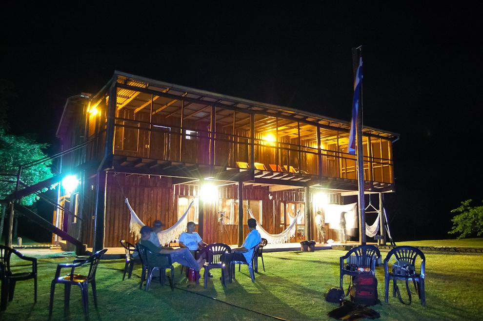 """Durante nuestra estadía en la Estación Biológica """"Tres Gigantes"""" tuvimos la oportunidad de fotografiar el edificio tal cual como se ve en la noche, iluminado con energía proveída por generador diésel pudimos gozar de todas las comodidades que ofrece este lugar. (Elton Núñez)"""