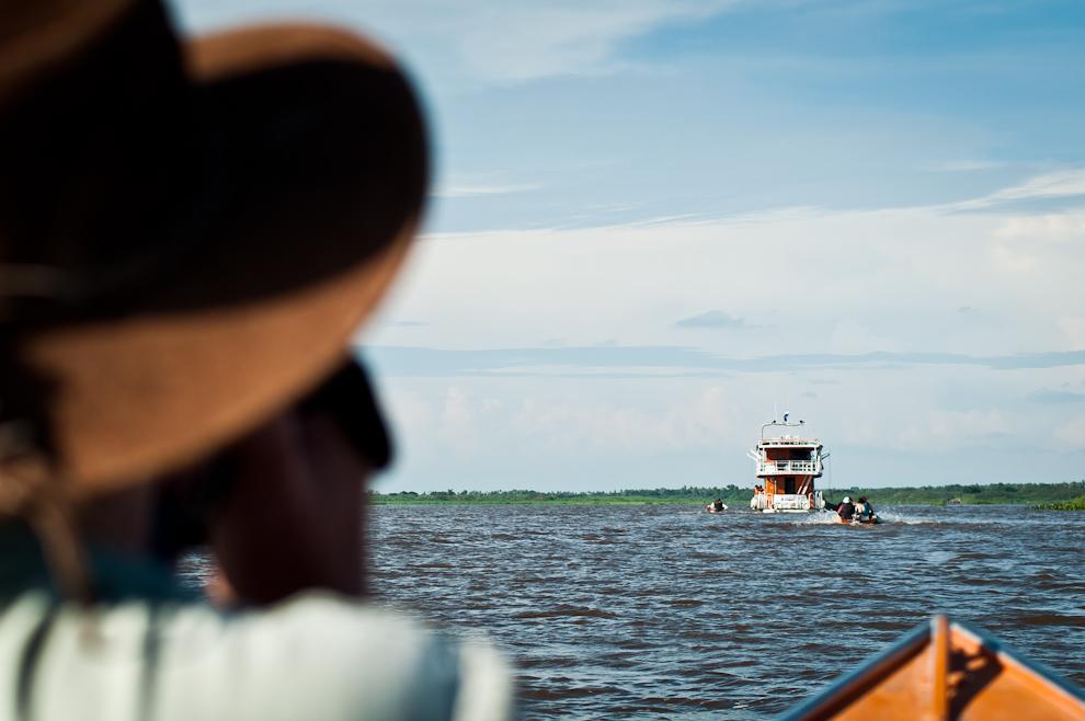 """Durante nuestro recorrido por la zona conocida como Puerto Yakaré abordamos el crucero """"7 Cabrillas"""" en movimiento con la ayuda de los tripulantes, el cual resultó una divertida e interesante aventura. (Elton Núñez)"""