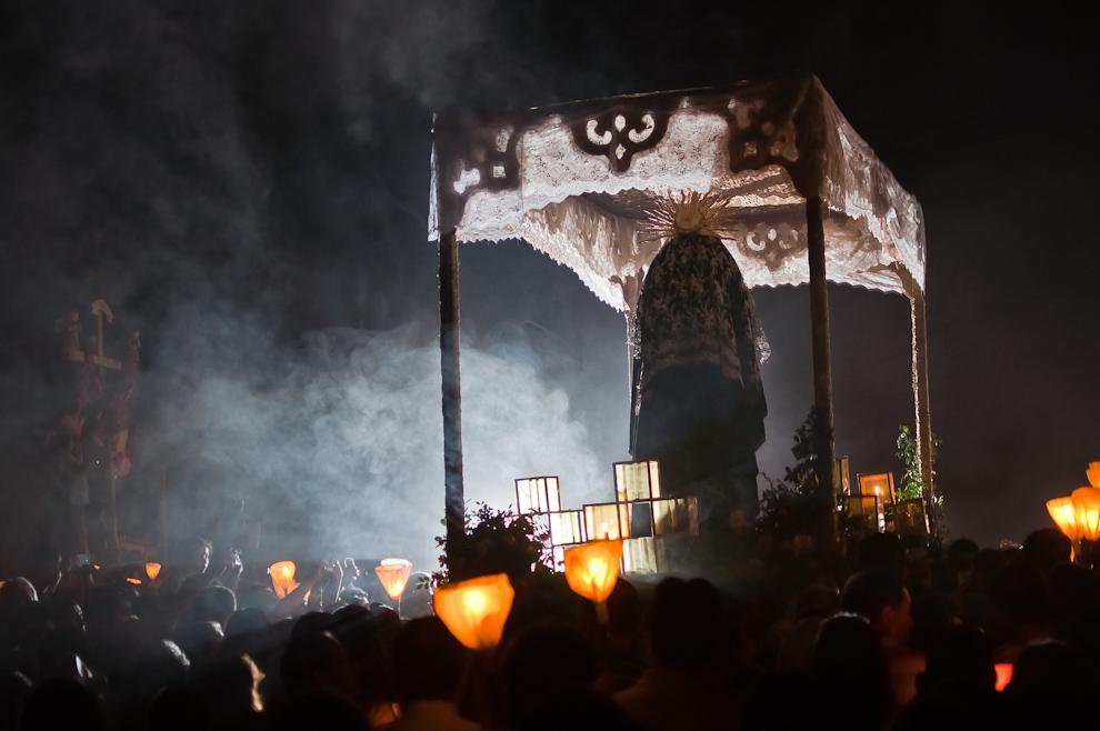 """La carroza de la Virgen de los Dolores es empujada por los devotos de la virgen durante la vía crucis del viernes santo, celebrada en la localidad conocida como """"Tañarandy"""" La tierra de los Irreductibles, en las afueras de la ciudad de San Ignacio, departamento de Misiones. Entre cánticos, oraciones y velas, el rito de llevar a la virgen al encuentro con su hijo crucificado se convierte en un espectáculo muy valorado en el ámbito de turismo que cada año concentra decenas de miles de personas en la semana santa. (Elton Núñez)"""