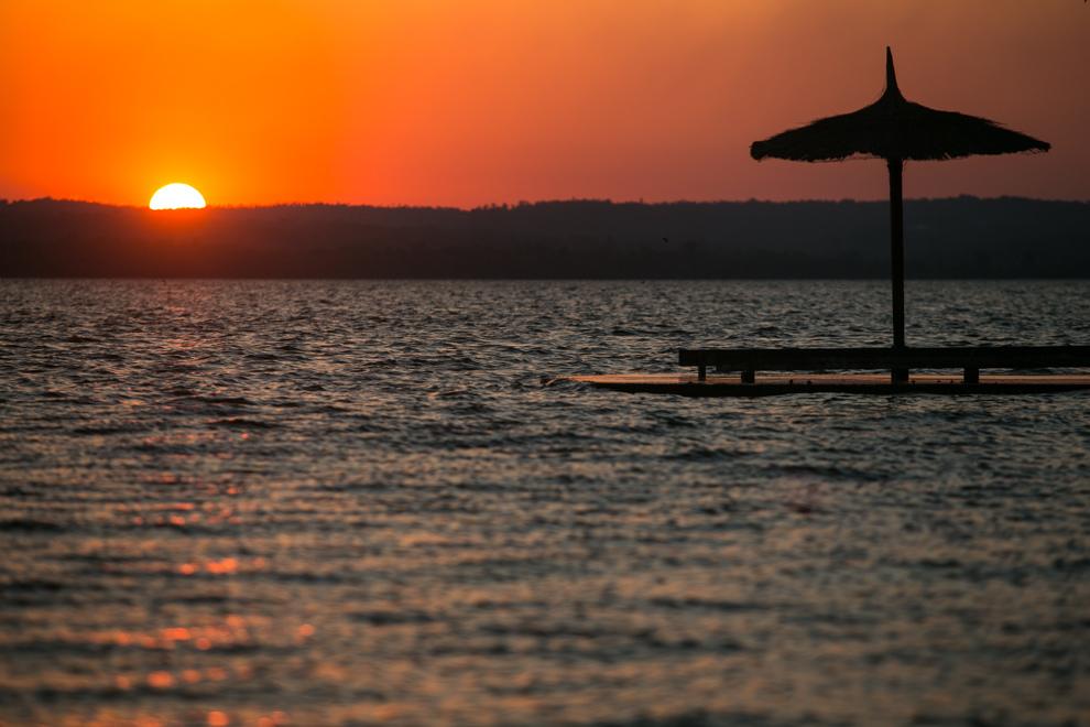 A pesar de la contaminación, hermosos atardeceres pueden ser vistos a orillas del Lago Ypacaraí.(Tetsu Espósito)