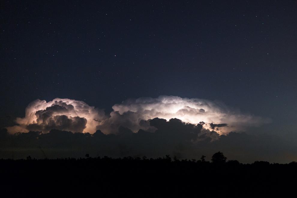 Una tormenta se acerca iluminando el cielo y grandes nubes con rayos y relámpagos al costado de la ruta camino a Villarrica.(Tetsu Espósito)