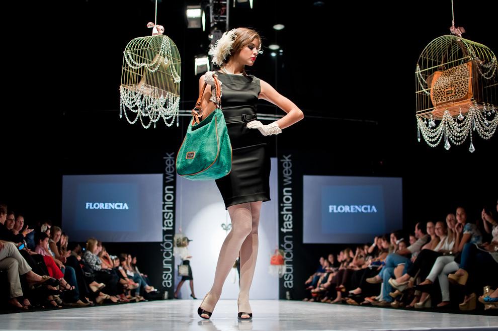 Belén Ortellado desfila para Florencia el jueves 11 de abril exhibiendo carteras de la nueva colección. (Elton Núñez)