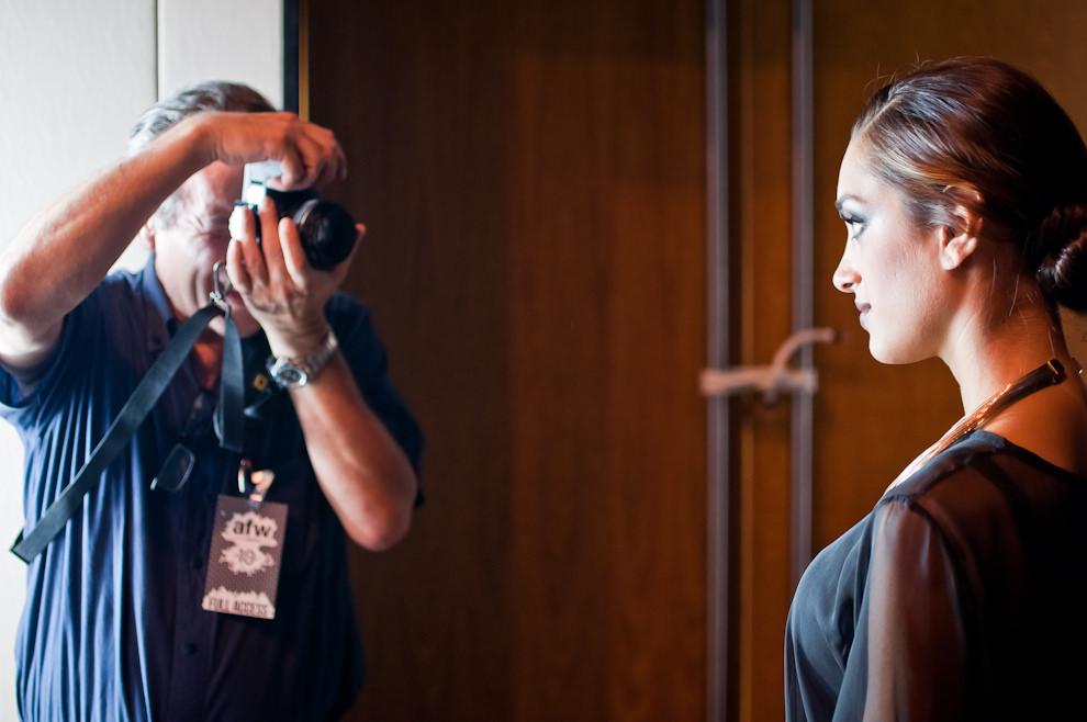 Un fotógrafo retrata a una modelo, momentos antes del desfile de la marca Ati Troche el jueves 11 de abril, en el backstage que fue habilitado en el edificio de la Conmebol. (Elton Núñez)