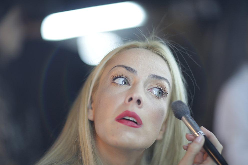 Andrea Stanley se maquilla en el backstage en preparación para la pasarela. (René Gastaldo)