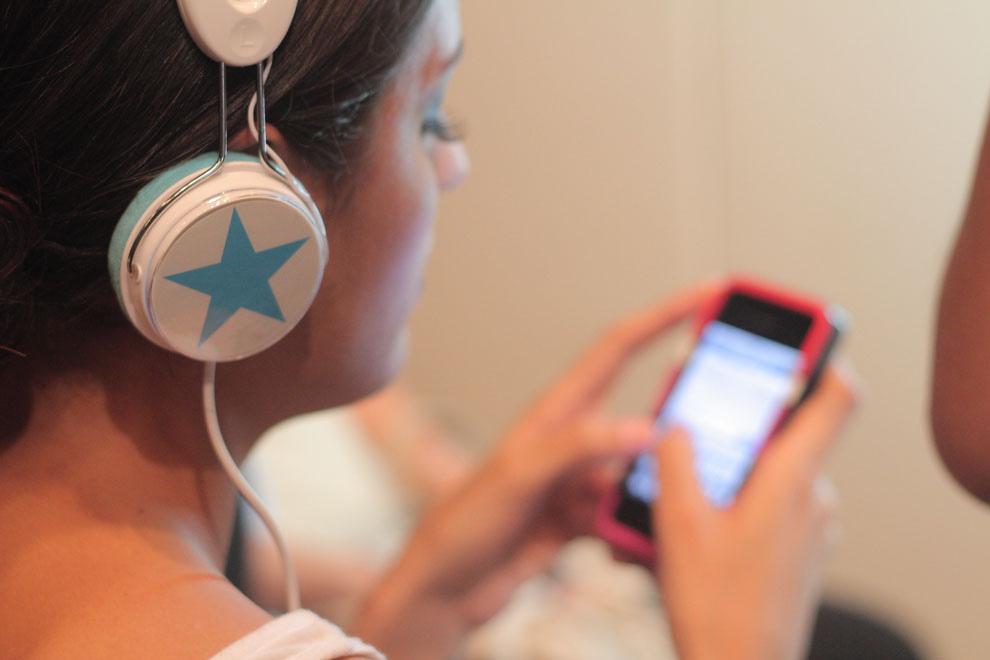 Una modelo escucha música mientras espera ser maquillada y peinada. (Guillermo Morales)