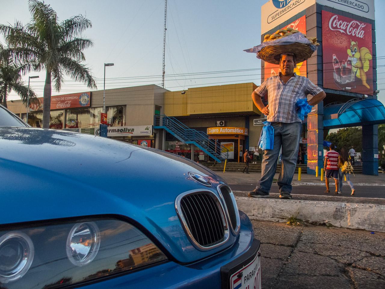 Chipero y un automóvil BMW en la avenida Eusebio Ayala, año 2015.