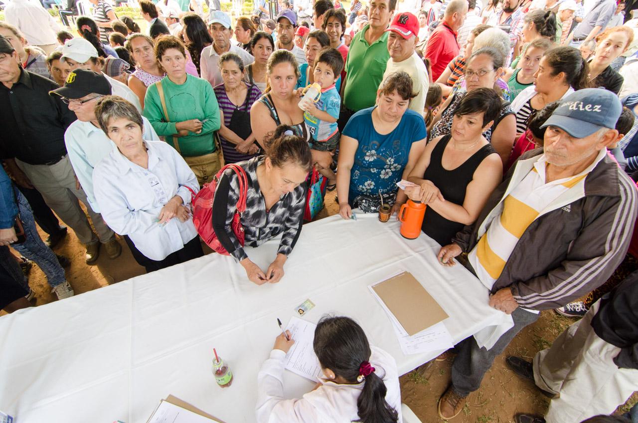 Cerca de 600 personas fueron atendidas por día durante la semana de las consultas oftalmológicas gratuitas por parte de los voluntarios de V.O.S.H. y de otras instituciones. (Elton Núñez)