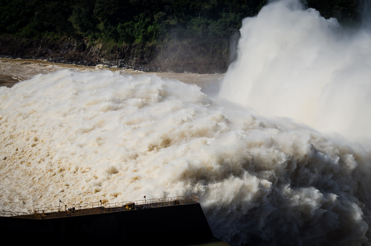 El canal de alivio de la Itaipú Binacional abrió sus puertas el pasado 11 de Junio permitiendo la entrada de más caudal del Río Paraná. Este evento ocasional es admirado por muchos turistas que viajan hasta la entidad binacional. (Elton Núñez).