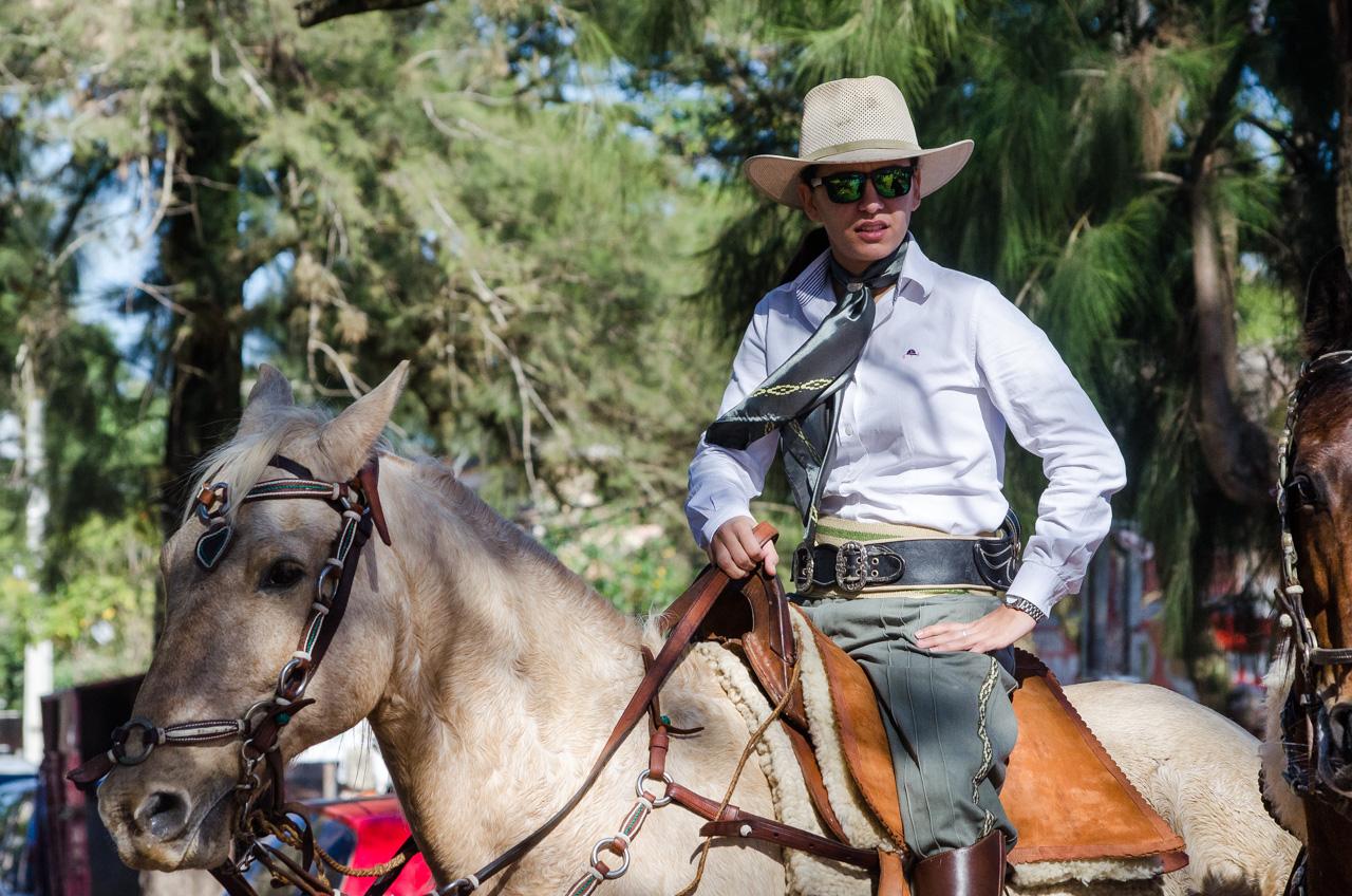 Un jinete miembro de la Caballería Ñasaindy espera por el comienzo del desfile de caballerías, un tradicional evento que marca el inicio de las jineteadas en la ciudad de San Juan Bautista, por las fiestas folclóricas de San Juan. (Elton Núñez).